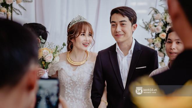 Cris Phan diện vest lịch lãm sánh đôi cùng Mai Quỳnh Anh khui sâm banh ở nhà hàng tiệc cưới - Ảnh 21.