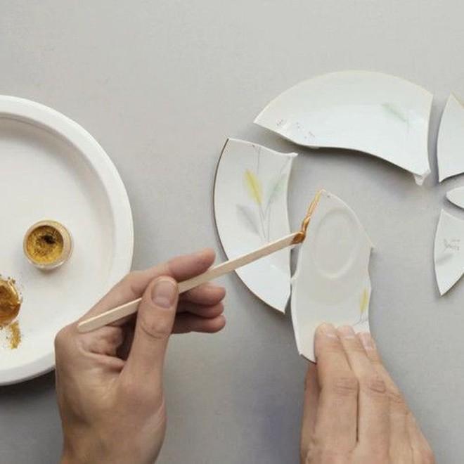 Kintsugi: Nghệ thuật dùng vàng ròng hàn gắn gốm vỡ và triết lý cuộc sống tôn vinh vẻ đẹp từ những rạn nứt tâm hồn của người Nhật - Ảnh 4.