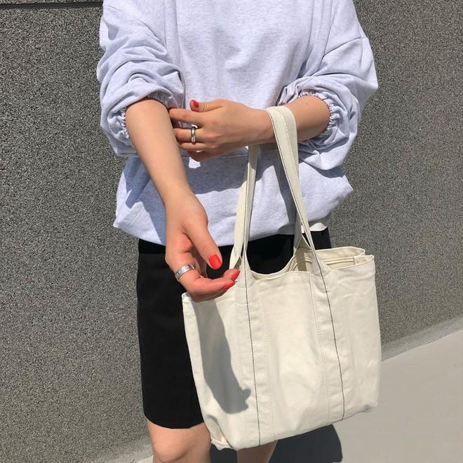 Đừng đắm đuối với túi da, mùa hè đeo túi vải vừa xinh vừa bảo vệ môi trường mới là đỉnh nhất - Ảnh 1.