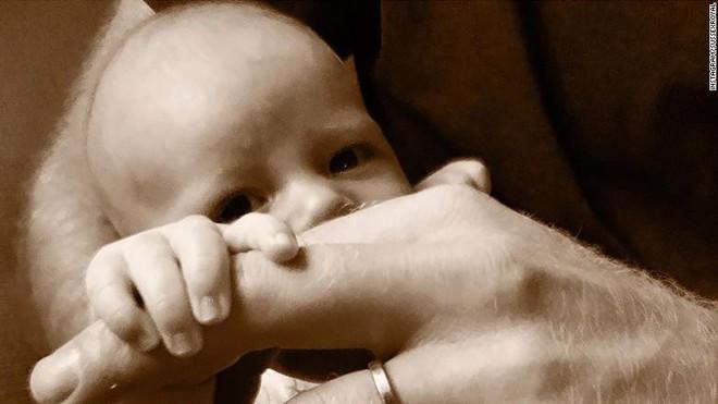 Sau bao ngày chờ đợi, Hoàng tử Harry và Meghan cũng chịu công bố ảnh chụp cận mặt con trai đúng dịp Ngày của bố - Ảnh 1.