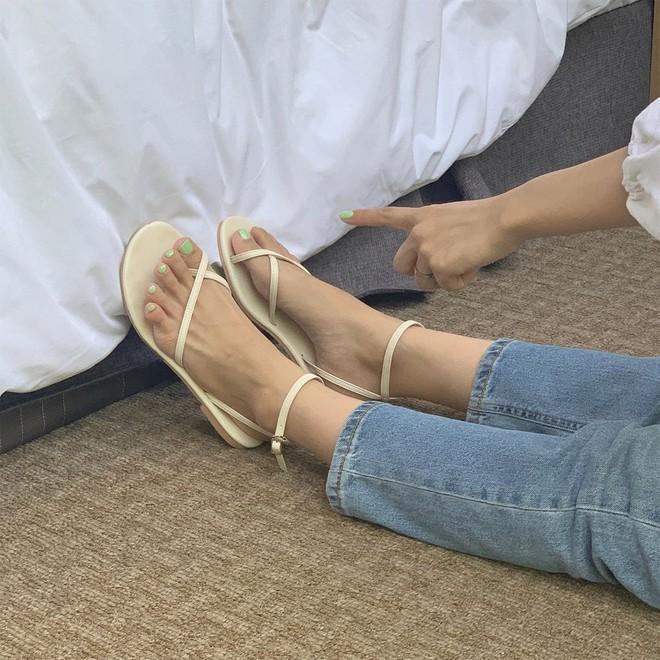 """Trời nóng cứ diện sandal là """"chuẩn bài"""" nhất, nhưng muốn xinh tươi hết nấc thì bạn phải tham khảo 5 công thức này - Ảnh 4."""