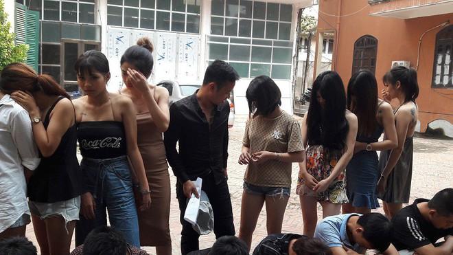 9 hot girl cùng 15 nam thanh niên vào quán karaoke ở Hưng Yên để tụ tập chơi ma túy - Ảnh 1.