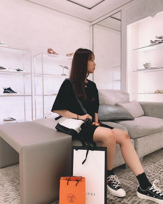 Đẳng cấp con gái đại gia Minh Nhựa: 20 tuổi tự sắm túi Chanel hơn 100 triệu, khoe nhẹ siêu xe và giày hiệu cũng đủ nổi khắp Instagram - Ảnh 7.