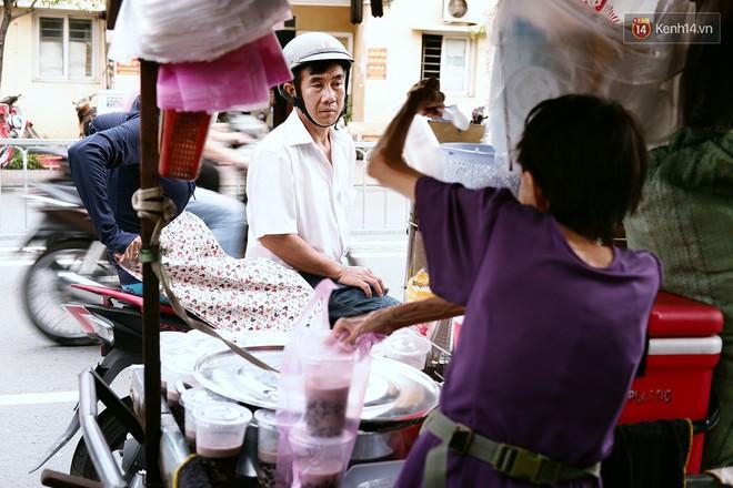 Bà cụ gầy gò với cân nặng chỉ 25kg ở Sài Gòn, 30 năm tần tảo bên gánh chè nuôi gia đình - Ảnh 1.