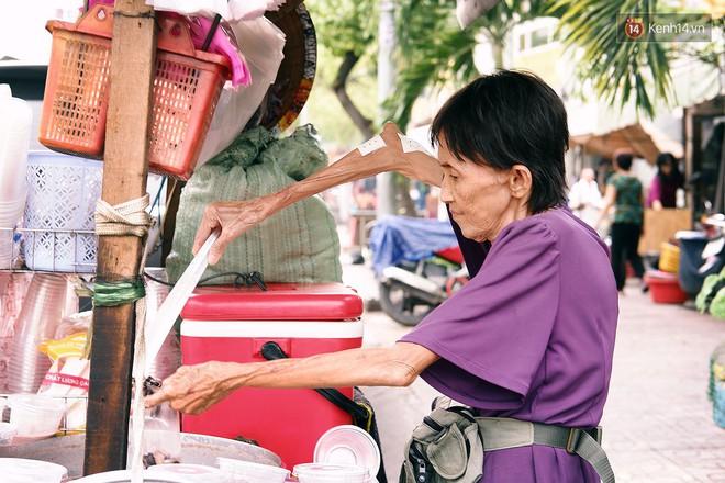 Bà cụ gầy gò với cân nặng chỉ 25kg ở Sài Gòn, 30 năm tần tảo bên gánh chè nuôi gia đình - Ảnh 3.