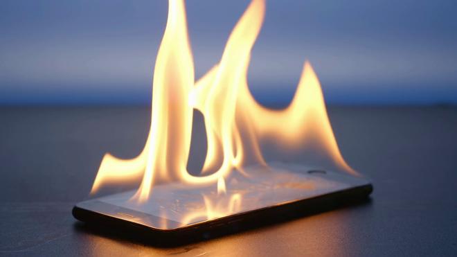 Dùng điện thoại ngoài trời nắng 40 độ có gây hại, thậm chí tai nạn cháy nổ hay không? - Ảnh 1.