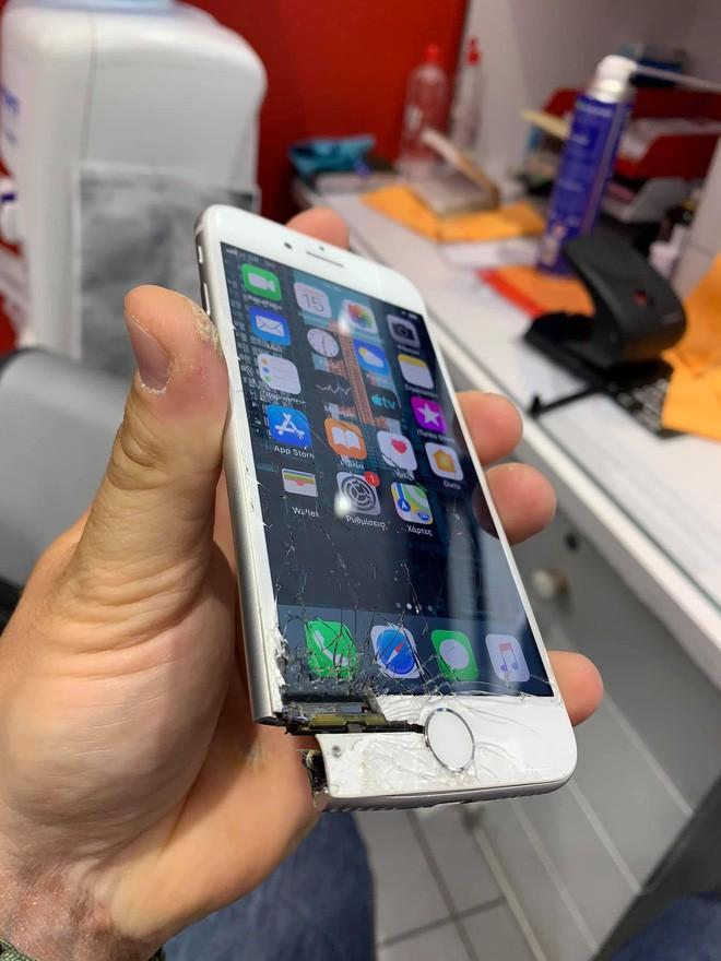 iPhone rơi vỡ tan tành đến nỗi mất hẳn một góc nhưng vẫn chạy bình thường - Ảnh 1.