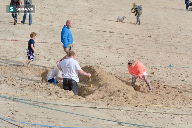 """Hé lộ cảnh """"chôn mình dưới cát"""" bị cắt trong MV mới, nhưng Đen Vâu khuyên fan đi biển tuyệt đối không nên làm theo vì lý do này - Ảnh 5."""