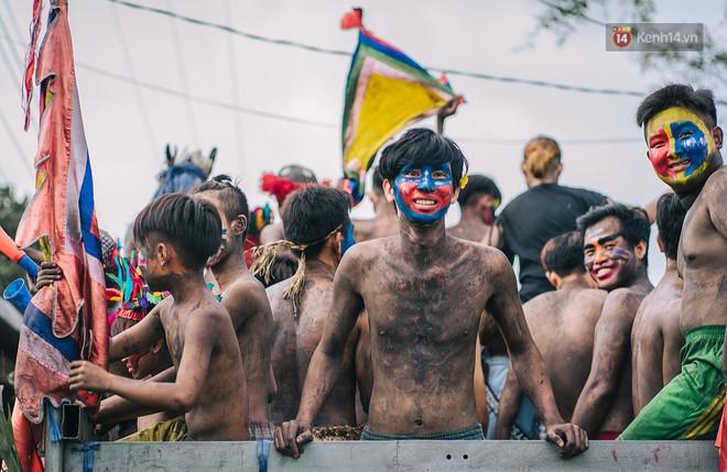 """""""Vui hết nấc"""" trong lễ hội Kỳ Yên ở An Giang: Người lớn trẻ nhỏ bôi lọ nghẹ khắp người, hóa thân thành... """"mọi"""" - Ảnh 2."""