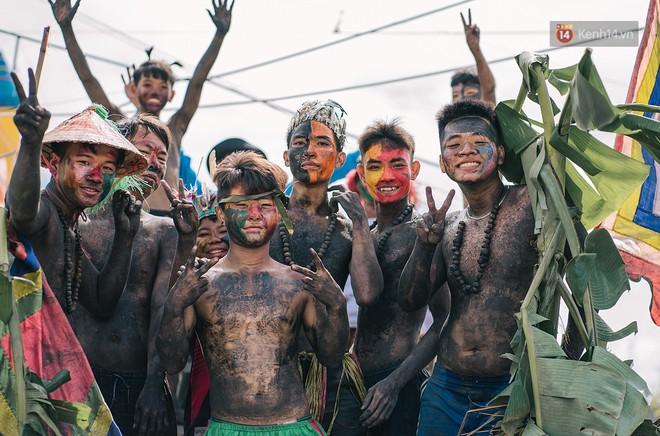 """""""Vui hết nấc"""" trong lễ hội Kỳ Yên ở An Giang: Người lớn trẻ nhỏ bôi lọ nghẹ khắp người, hóa thân thành... """"mọi"""" - Ảnh 3."""