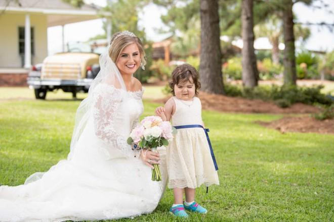 Câu chuyện ít ai biết đằng sau bức ảnh đáng yêu của cô bé phù dâu nhí 3 tuổi khiến nhiều người có thêm niềm tin vào cuộc sống - Ảnh 2.