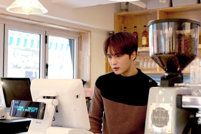 Jaejoong (JYJ) mở quán trà sữa ở Nhật, anh em bạn dì Heechul (Super Junior) cũng ghé ủng hộ - Ảnh 1.