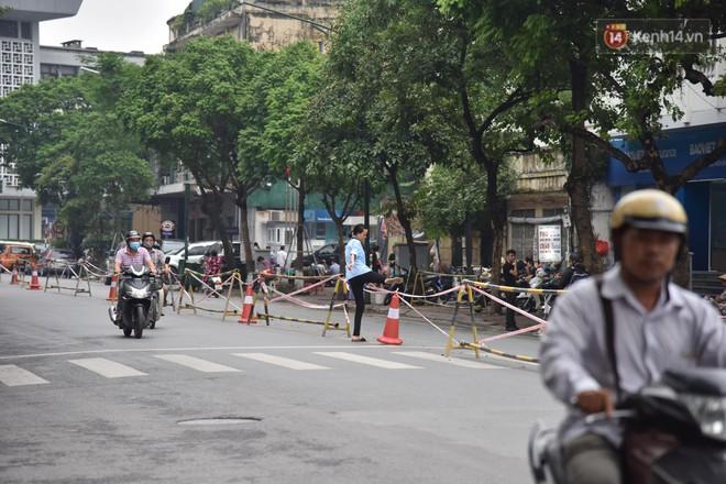 """Đường Trần Hưng Đạo bị rào chắn để thi công nhà ga, dân văn phòng """"chui"""" dây tìm lối thoát - Ảnh 5."""