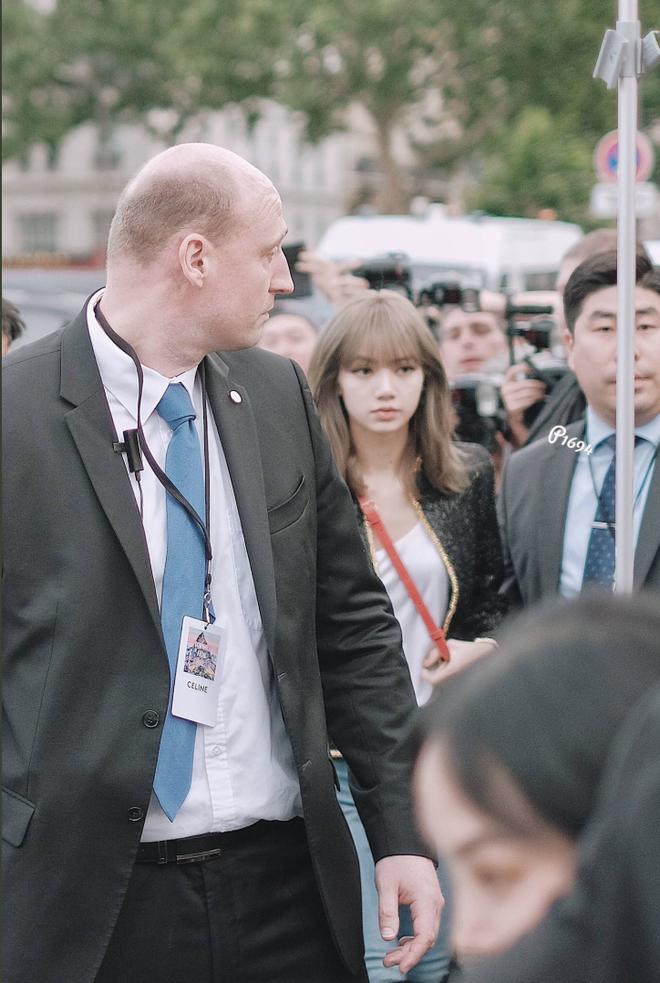 Mặc đơn giản, make-up sương sương dự sự kiện quốc tế, Lisa (BLACKPINK) gây choáng với nhan sắc thách thức mọi camera - Ảnh 4.