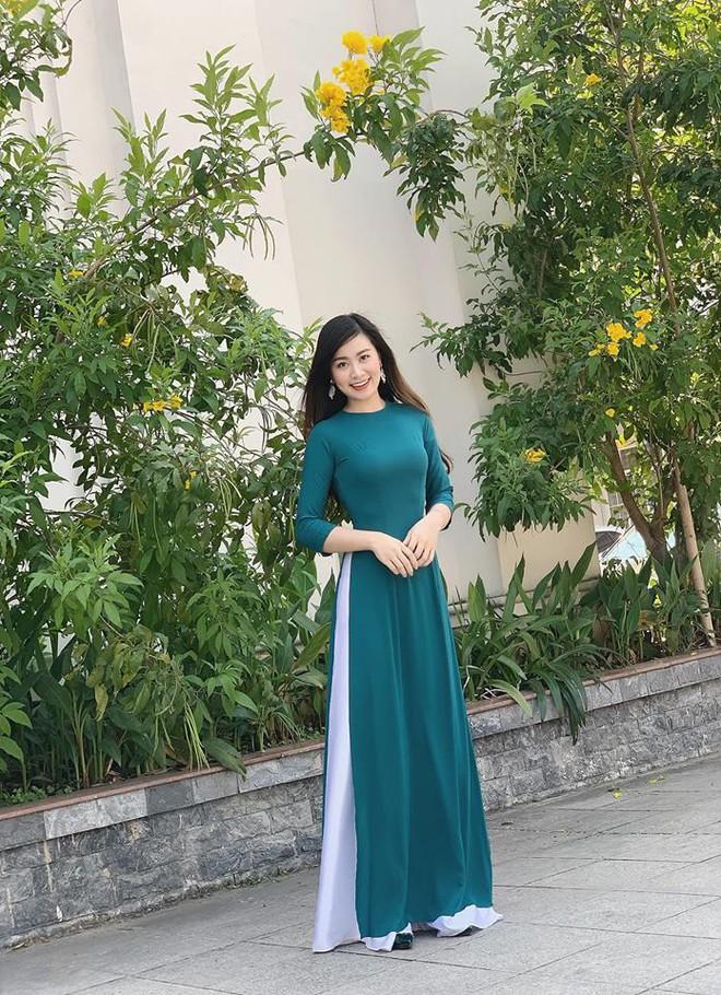 """Nữ giám thị xinh đẹp gây chú ý tại điểm thi THPT Quốc gia ở Nghệ An, profile """"khủng"""" của cô càng khiến mọi người kinh ngạc - Ảnh 6."""
