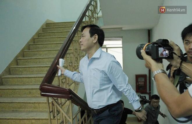 Ông Nguyễn Hữu Linh vội vàng chạy vào nhà vệ sinh để né tránh phóng viên trong ngày hầu tòa - Ảnh 2.