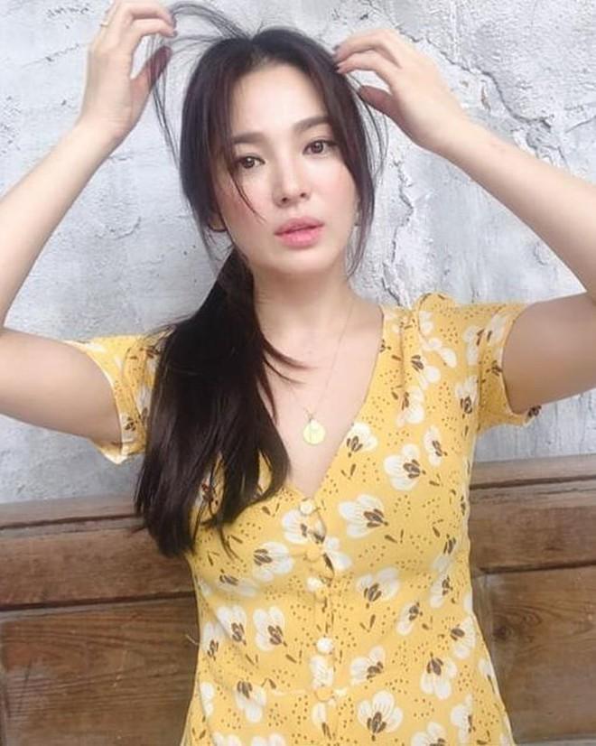 Đẳng cấp nhan sắc của Song Hye Kyo: Tóc buộc vội, buông lơi xõa xượi mà vẫn đẹp nao lòng - Ảnh 1.