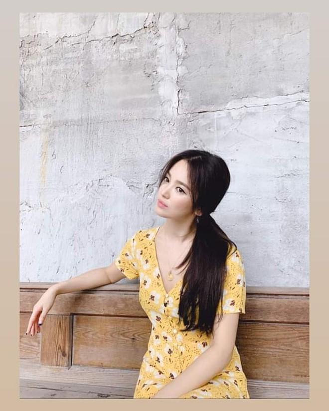 Đẳng cấp nhan sắc của Song Hye Kyo: Tóc buộc vội, buông lơi xõa xượi mà vẫn đẹp nao lòng - Ảnh 2.