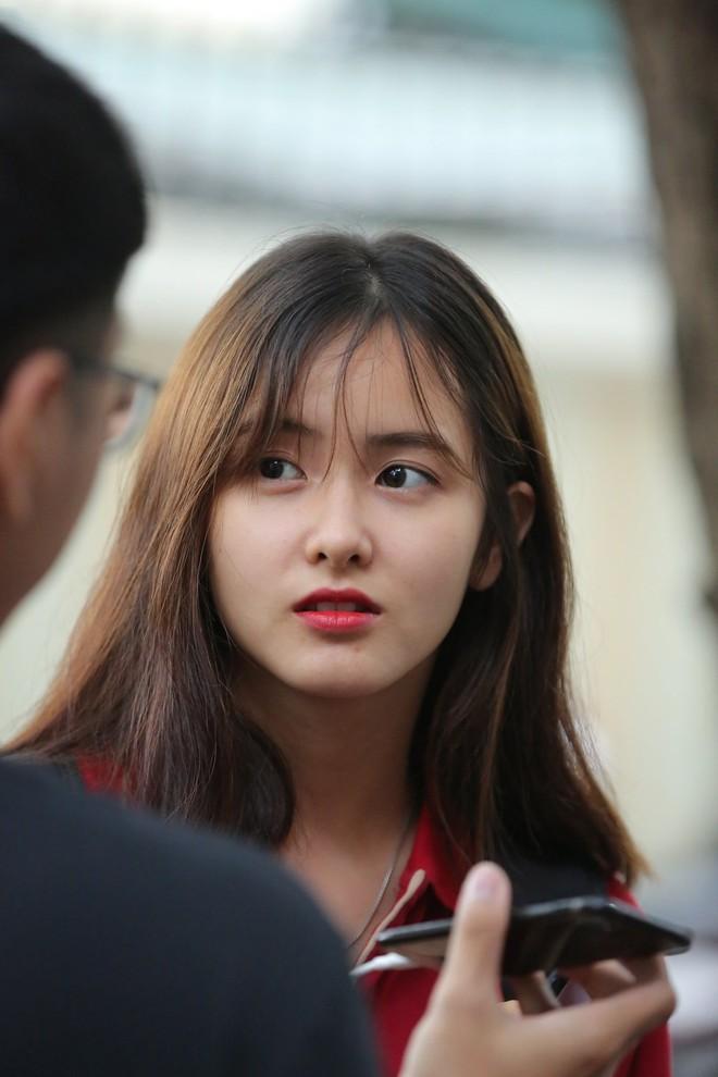Vô tình lọt vào ống kính phóng viên tại điểm thi THPT, gái xinh liên tục nhận được câu hỏi: Idol Hàn nào đi lạc tới đây? - Ảnh 2.