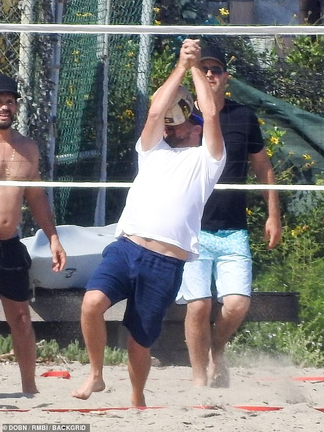 """Ai chơi bóng chuyền tuyệt đối phải dùng tay, chứ đừng đỡ bóng bằng mặt như """"ông chú bụng bia"""" Leonardo Dicaprio nhé - Ảnh 1."""