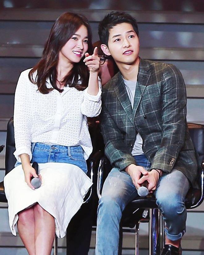 Song Joong Ki - Song Hye Kyo ly hôn rồi, dân tình sẽ không bao giờ được thấy họ mặc đồ ăn ý như thế này nữa - Ảnh 2.