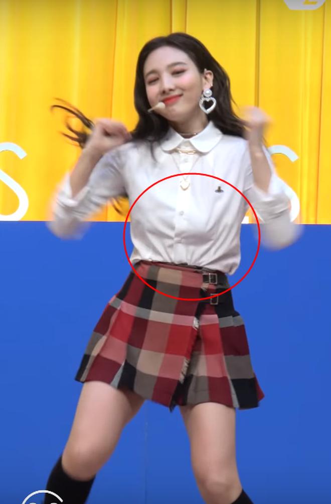 Sao Hàn gặp sự cố khi diện áo sexy: có người suýt lộ hết vòng 1 nhưng cách xử lý mới đáng nói - Ảnh 10.