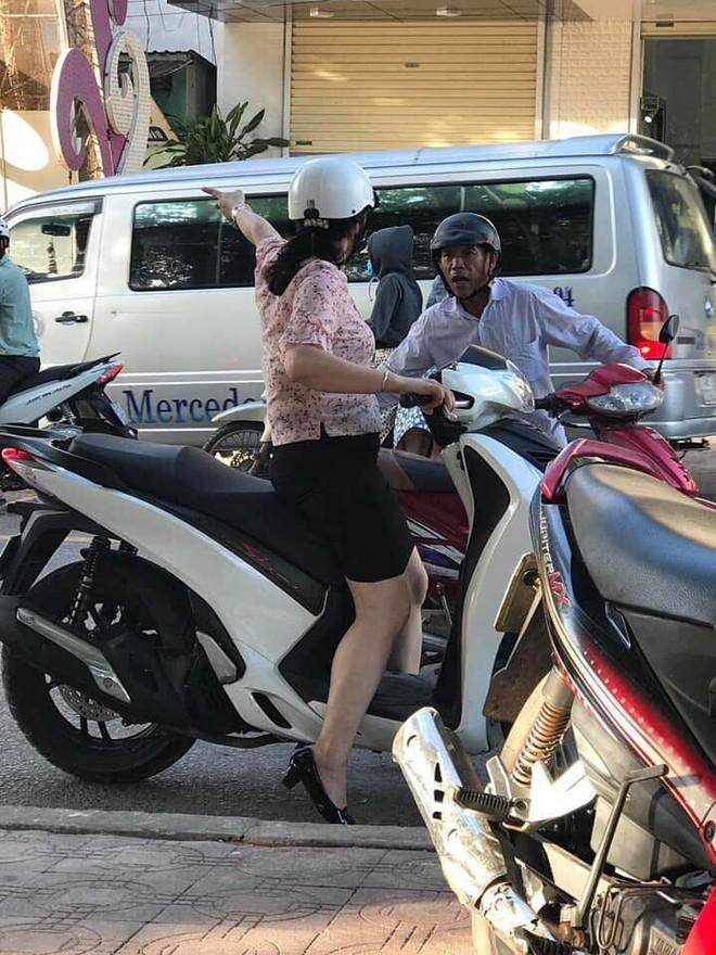 Người đàn ông chật vật dắt xe máy bị hỏng giữa trời nóng và hành động của người phụ nữ chạy SH khiến nhiều người bất ngờ - Ảnh 1.