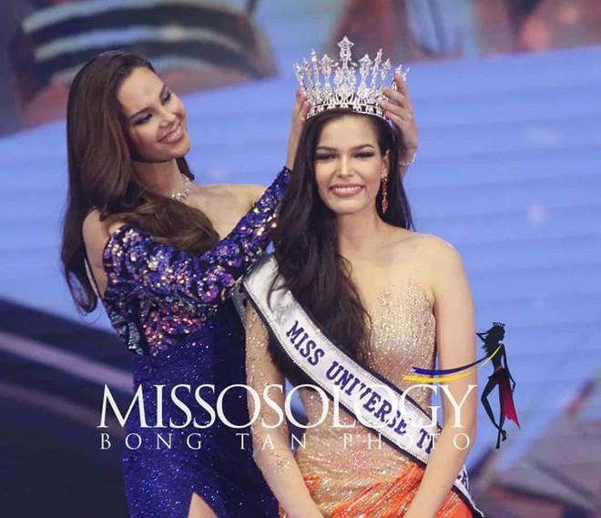 Mỹ nhân 25 tuổi vừa đăng quang Hoa hậu Hoàn vũ Thái: Con lai 2 dòng máu, lội ngược dòng ngoạn mục từ Á thành Hoa - Ảnh 2.