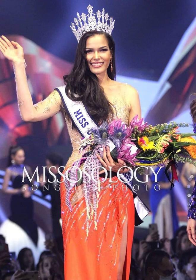 Mỹ nhân 25 tuổi vừa đăng quang Hoa hậu Hoàn vũ Thái: Con lai 2 dòng máu, lội ngược dòng ngoạn mục từ Á thành Hoa - Ảnh 1.