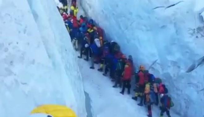 """Những bức hình ám ảnh nhất trên đường chinh phục đỉnh Everest: Từ các """"cột mốc"""" thi thể đến sự thật kinh hoàng hiện ra khi tuyết tan - Ảnh 11."""
