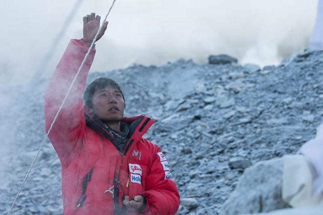 """Những bức hình ám ảnh nhất trên đường chinh phục đỉnh Everest: Từ các """"cột mốc"""" thi thể đến sự thật kinh hoàng hiện ra khi tuyết tan - Ảnh 9."""