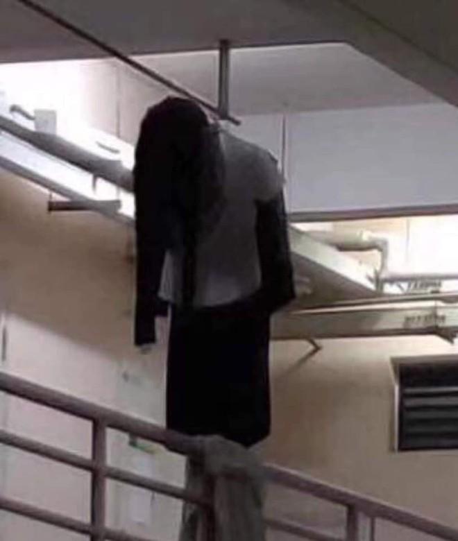 Dựng tóc gáy với hình ảnh lủng lẳng trên hành lang lúc nửa đêm nhưng sự thật khiến nhiều người thở phào - Ảnh 1.