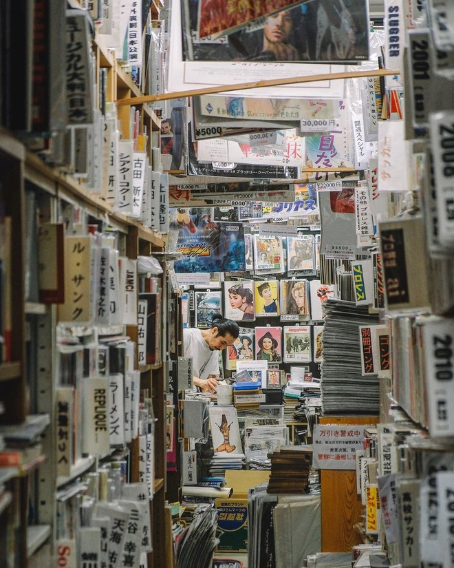 """Ít ai biết giữa lòng Tokyo hoa lệ vẫn có một thư viện kiểu """"một nghìn chín trăm hồi đó"""" đẹp như phim điện ảnh - Ảnh 1."""