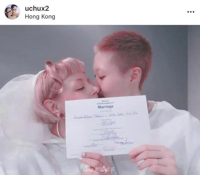 Vợ đồng tính của con gái Thành Long đăng ảnh siết cổ, dùng tính mạng uy hiếp tài tử phải nhận con? - Ảnh 1.