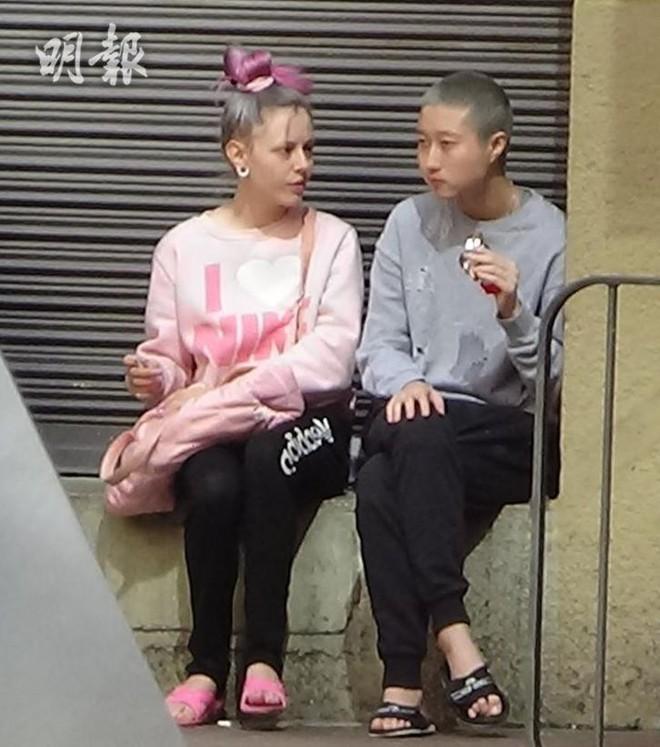 Vợ đồng tính của con gái Thành Long đăng ảnh siết cổ, dùng tính mạng uy hiếp tài tử phải nhận con? - Ảnh 2.