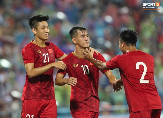 Thầy trò HLV Kim Han-yoon đã thi đấu đầy quyết tâm và giành thắng lợi với tỷ số 2-0 bằng những pha lập công của Việt Hưng và Tiến Linh ở các phút 13 và 75 của trận đấu.