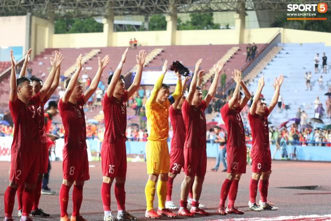 Kết thúc trận đấu, dù trời vẫn còn đổ mưa nhưng các cầu thủ U23 Việt Nam vẫn đi một vòng quanh sân vận động để cảm ơn người hâm mộ đã không ngại mưa gió tới sân cổ vũ cho toàn đội.