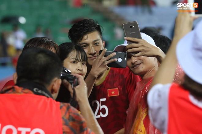 Hình ảnh cảm động: U23 Việt Nam đội mưa đi khắp khán đài cảm ơn người hâm mộ sau trận thắng U23 Myanmar - Ảnh 6.