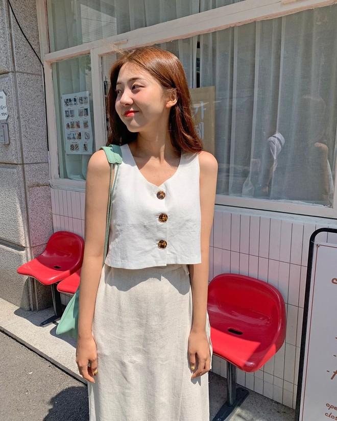 Trời oi bức kinh hoàng, bạn sẽ cần đến gợi ý ăn mặc mát mẻ mà vẫn đẹp xỉu từ các cô nàng Hàn Quốc sành mặc tuần qua - Ảnh 3.