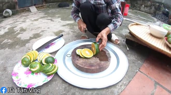 """Style trà đào cam sả 1-0-2 của bà Tân Vlog: cho sả vào """"luộc"""", pha bằng bột trà và quả đào tươi rói - Ảnh 4."""