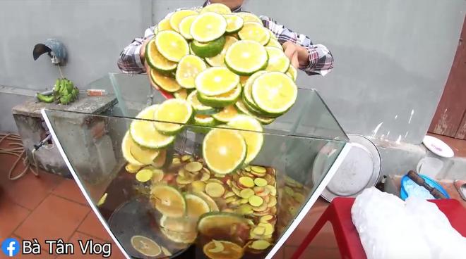 """Style trà đào cam sả 1-0-2 của bà Tân Vlog: cho sả vào """"luộc"""", pha bằng bột trà và quả đào tươi rói - Ảnh 6."""