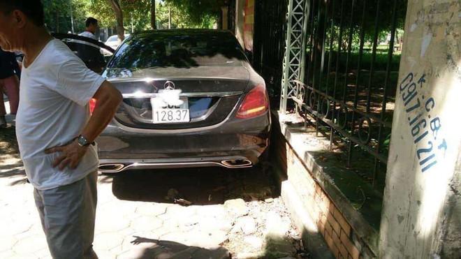 Hà Nội: Nữ tài xế lái xe Mercedes đạp nhầm chân ga, tông tông cụ bà đi xe đạp nhập viện cấp cứu - Ảnh 1.