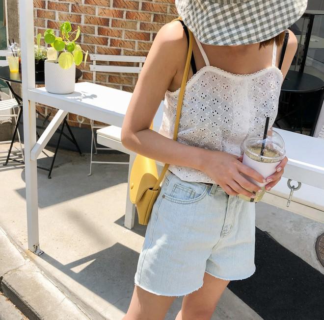 Như một thói quen: Ngày nắng nóng là chị em thi nhau lên đồ với 4 kiểu quần shorts xinh xắn, trendy này - Ảnh 1.
