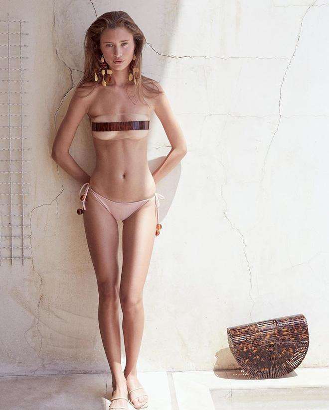 4 mẫu bikini gây tranh cãi nhất hè 2019: bộ nào cũng hở bạo liệt nhưng gây đỏ mặt nhất là thiết kế bàn tay ôm trọn núi đôi - Ảnh 2.
