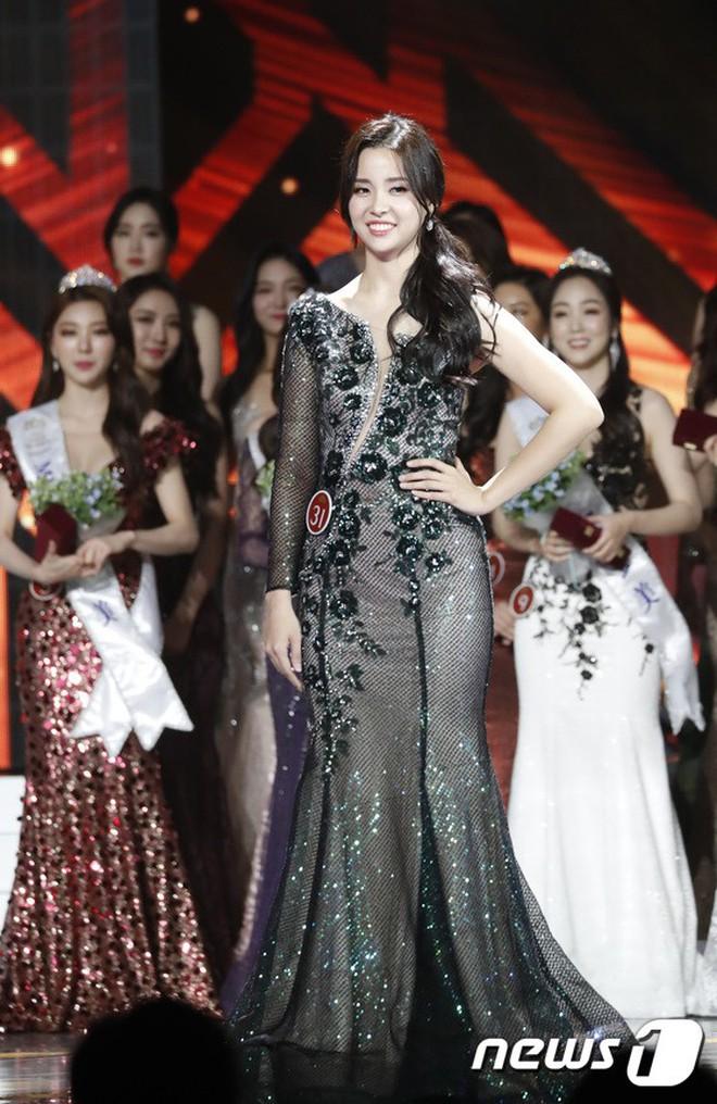 """Chung kết Hoa hậu Hàn Quốc 2019 gây bão: Tân Hoa hậu xinh đến mức dìm cựu Hoa hậu, dàn Á hậu đằng sau bị chê """"mặt nhựa"""" - Ảnh 5."""