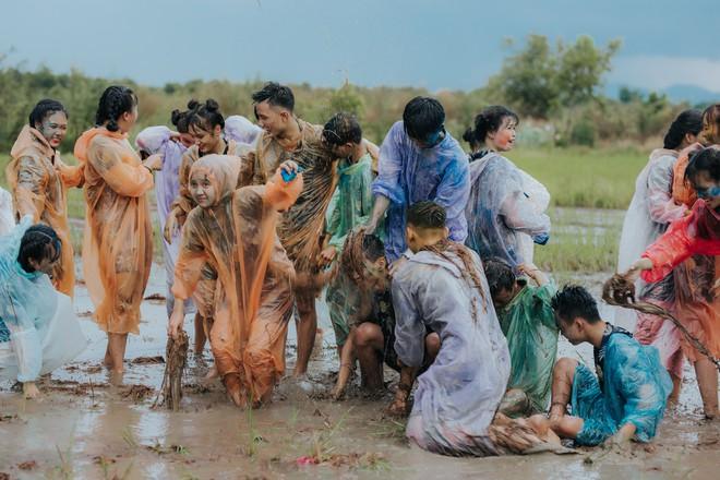Quậy cùng nhau trên ruộng lúa, bộ kỷ yếu của lớp học này chứng minh: Cần gì tốn nhiều tiền, đơn giản nhưng vui là được! - Ảnh 2.