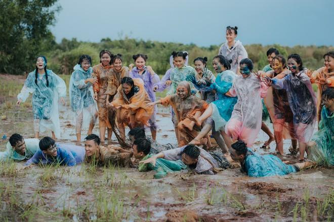 Quậy cùng nhau trên ruộng lúa, bộ kỷ yếu của lớp học này chứng minh: Cần gì tốn nhiều tiền, đơn giản nhưng vui là được! - Ảnh 5.