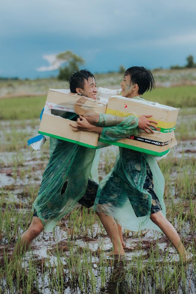 Quậy cùng nhau trên ruộng lúa, bộ kỷ yếu của lớp học này chứng minh: Cần gì tốn nhiều tiền, đơn giản nhưng vui là được! - Ảnh 1.