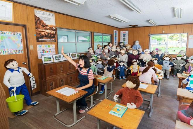 Ghé thăm ngôi làng bù nhìn siêu kỳ lạ ở Nhật Bản, nơi búp bê còn đông hơn con người gấp chục lần - Ảnh 3.