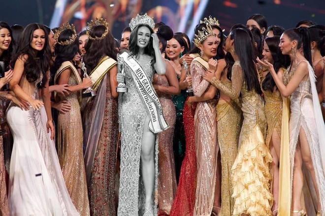 Tân Hoa hậu Hoà bình Thái: Đăng quang trong lạc lõng không được chúc mừng, bị chỉ trích vì từng hạ bệ Miss Universe 2018 - Ảnh 1.